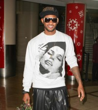 Usher is all smiles at LAX